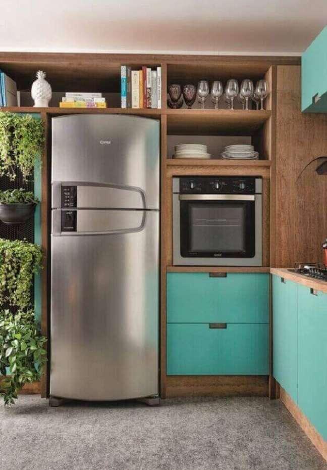 28. Cozinha de madeira planejada com armário cor ciano – Foto: Historias de Casa