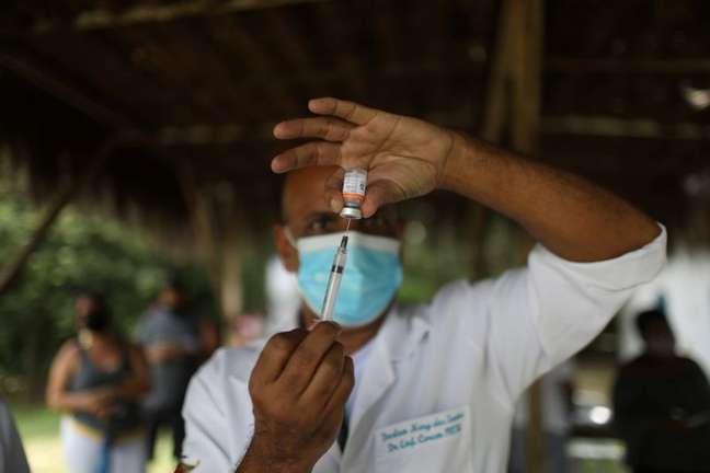Profissional de saúde prepara vacina contra Covid-19 CoronaVac para aplicação em Magé, no Rio de Janeiro 07/04/2021 REUTERS/Pilar Olivares