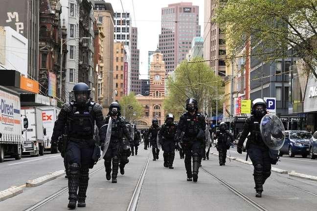 Policiais da tropa de choque nas ruas de Melbourne, na Austrália 22/09/2021 AAP Image/James Ross via REUTERS
