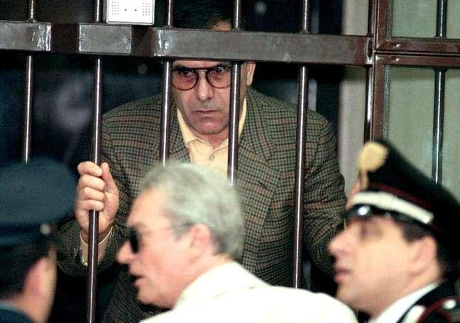 Mafioso Leoluca Bagarella atrás das grades em tribunal de Florença 12/11/1193