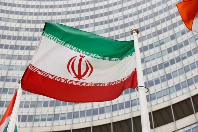 Bandeira do Irã do lado de fora da sede da Agência Internacioal de Energia Atômica em Viena 23/05/2021 REUTERS/Leonhard Foeger