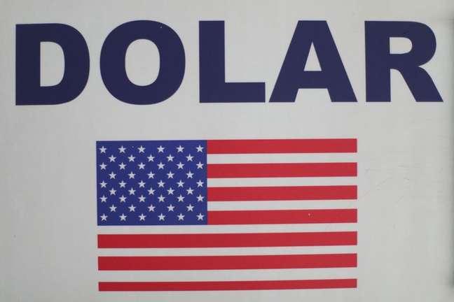Placa com a palavra dólar e a bandeira dos EUA fixada em casa de câmbio na Cidade do México 26/02/2020 REUTERS/Edgard Garrido