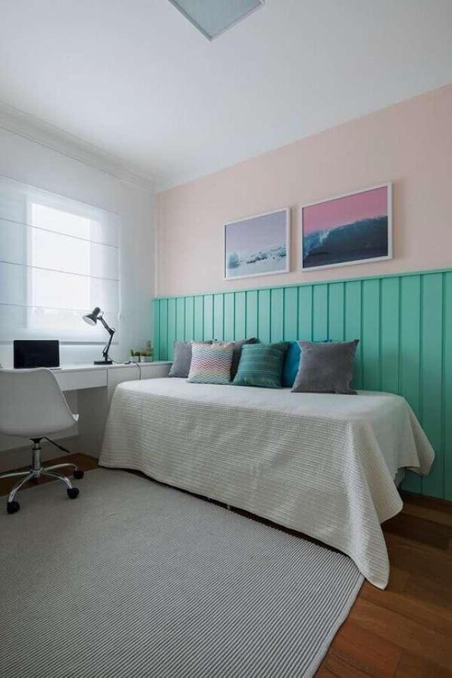 39. Decoração de quarto com escrivaninha branca e meia parede cor ciano – Foto: SP Estúdio
