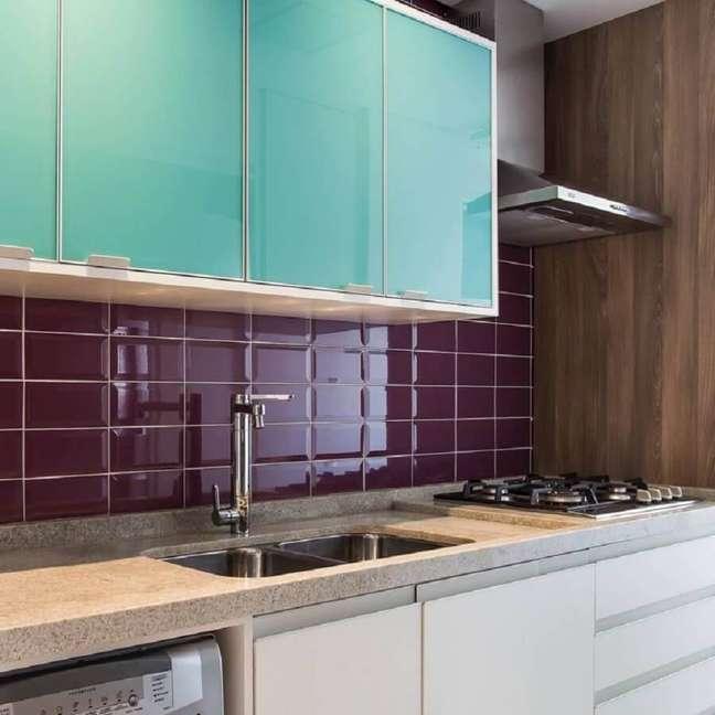 13. Armário aéreo cor ciano para decoração de cozinha planejada com revestimento bordo – Foto: Meyer Cortez Arquitetura Design