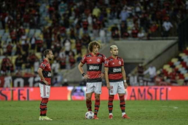 David Luiz preparando-se para cobrança de falta no Maracanã (Foto: Gilvan de Souza/Flamengo)
