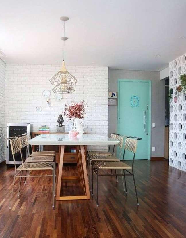 33. Decoração de casa com parede tijolinho branca e porta cor ciano – Foto: Lepa Pichler Arquitetura