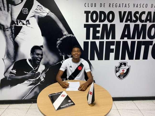 GB assina seu primeiro contrato profissional com o Vasco da Gama (Foto: Divulgação/Vasco)