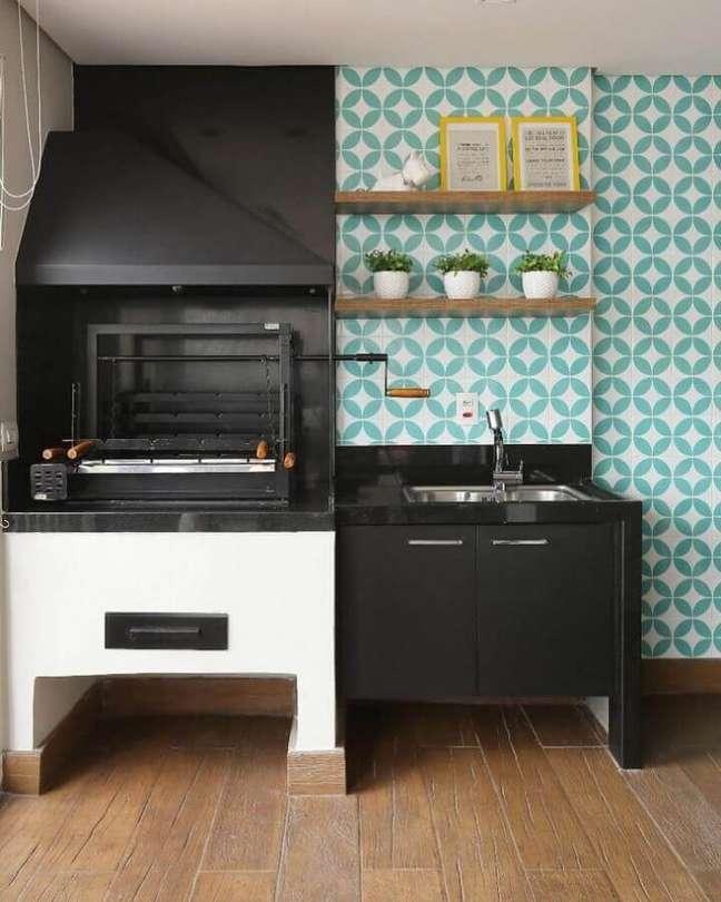 56. Revestimento cor ciano e branco para decoração de varanda gourmet com churrasqueira preta – Foto: GF Projetos