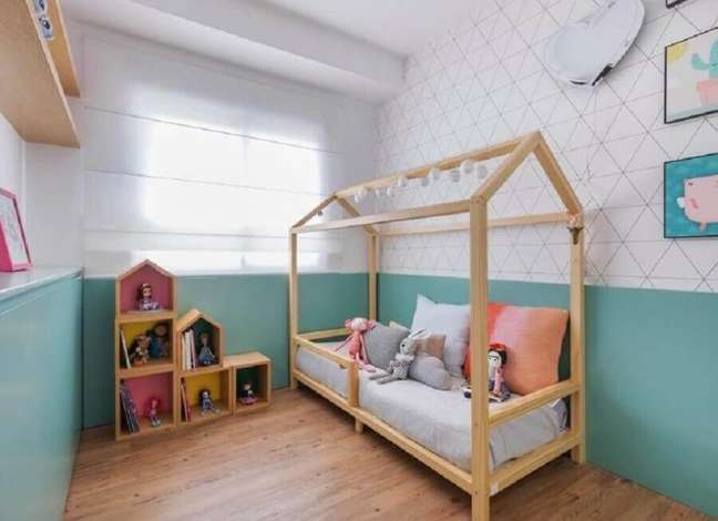 24. Cor de tinta azul ciano para quarto infantil decorado com cama casinha e papel de parede delicado – Foto: Casa 2 Arquitetos