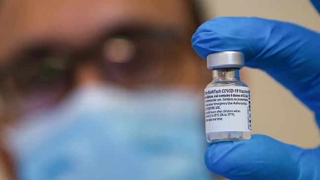 A única vacina contra a covid-19 liberada no Brasil para indivíduos de 12 a 17 anos é a Comirnaty, de Pfizer e BioNTech