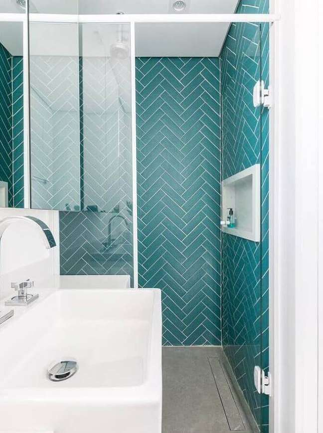 32. Decoração de banheiro pequeno com revestimento de parede cor ciano – Foto: Apto41