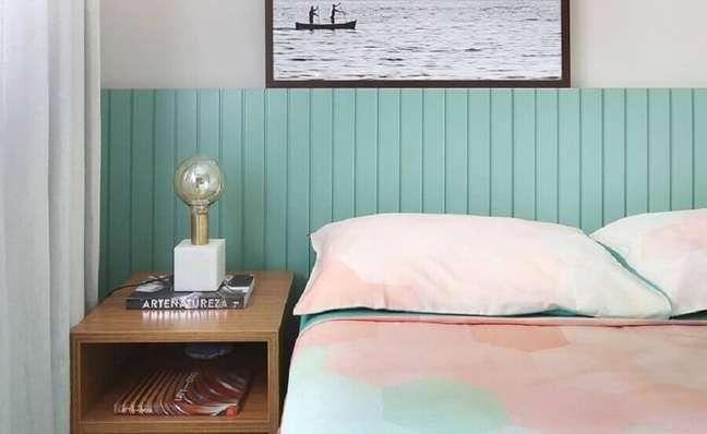 41. Decoração de quarto de casal com criado mudo de madeira e cabeceira cor ciano – Foto: Bianchi e Lima Arquitetura