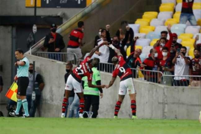 Bruno Henrique e Gabigol comemoram primeiro gol do Flamengo sobre o Barcelona-EQU (Foto: Gilvan de Souza/Flamengo)