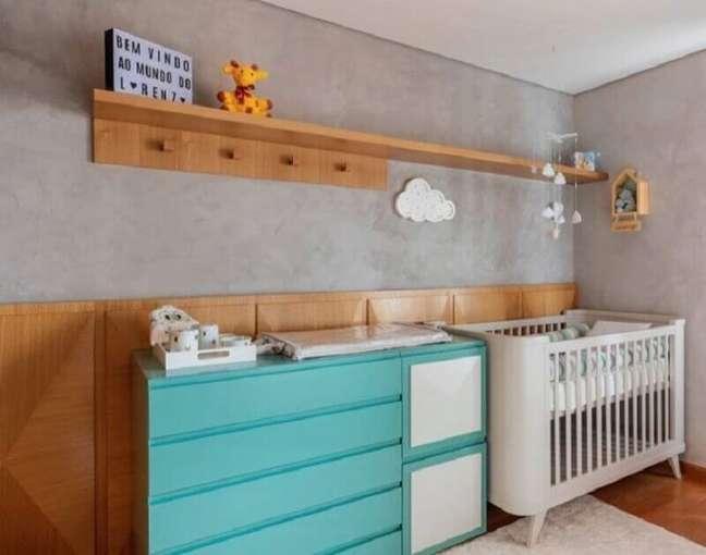 19. Cômoda cor ciano para decoração de quarto de bebê moderno com parede de cimento queimado – Foto: Studio Derive