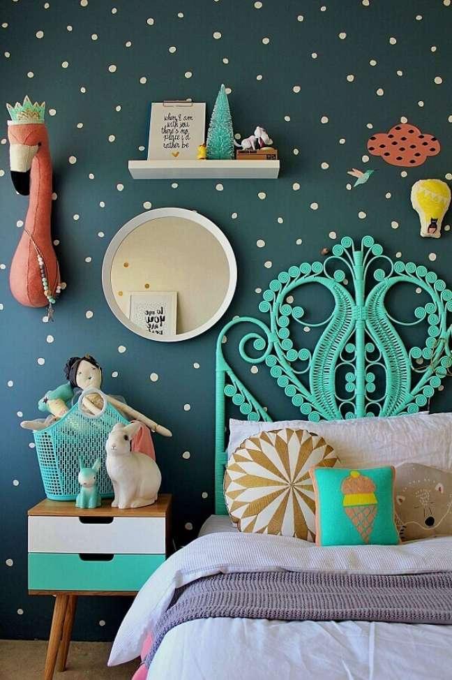16. Cabeceira cor ciano para quarto infantil decorado com parede de bolinhas – Foto: Decor Fácil