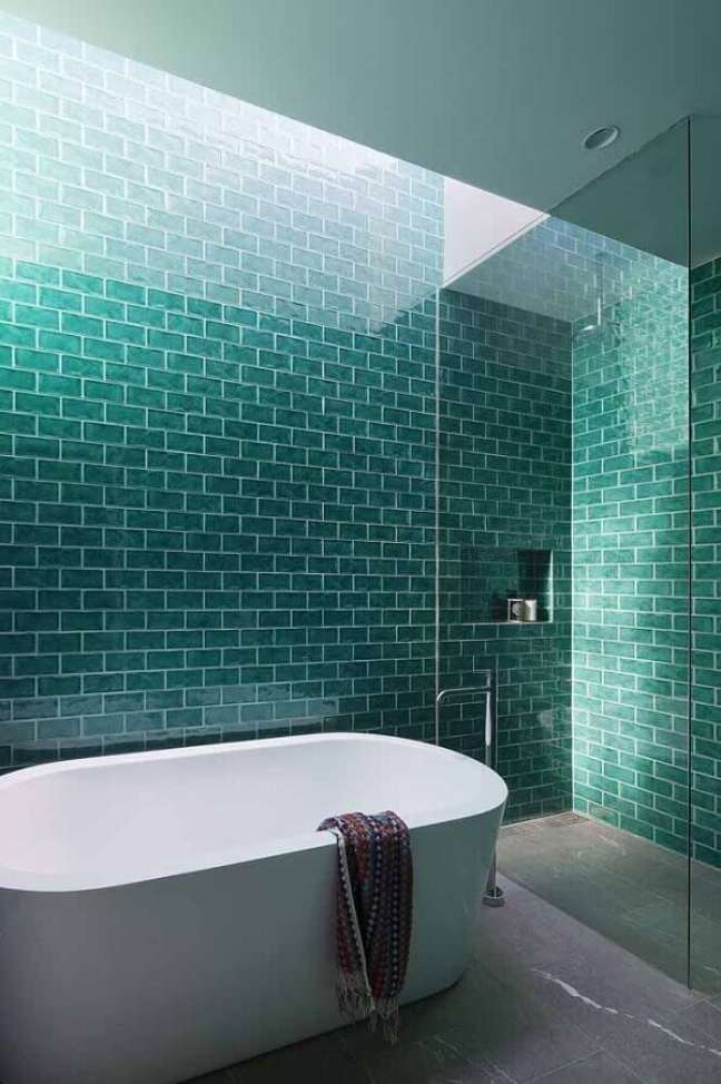 57. Revestimento cor ciano para banheiro decorado com banheira de imersão – Foto: ArchDaily