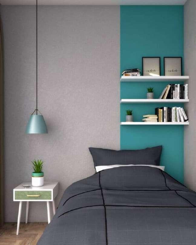 4. Quarto cinza moderno decorado com faixa de parede cor ciano – Foto: Interior Design Ideas