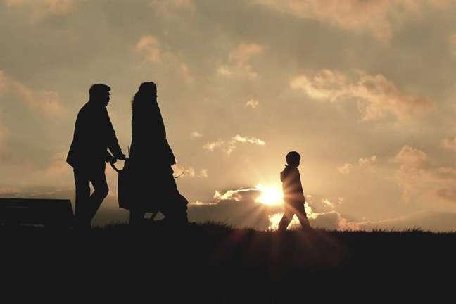 Família unida em fé caminhando à tarde em colina - Reprodução/Canva.com