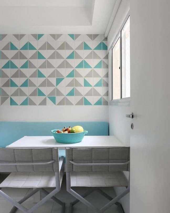 44. Decoração de sala de jantar pequena com revestimento cor ciano – Foto: Quattrino Arquitetura