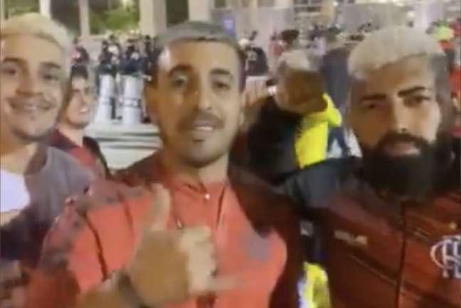 Pedro, Arrascaeta e Gabigol 'da torcida' curtindo o pré-jogo entre Flamengo e Barcelona (EQU) no Maracanã (Foto: Reprodução / Twitter Rodrigo Portella)