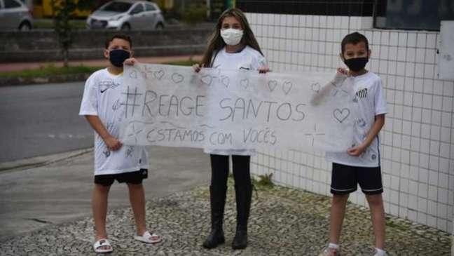 Crianças levaram faixa de apoio aos jogadores do Santos no CT Rei Pelé (Foto: Ivan Storti / Santos FC)