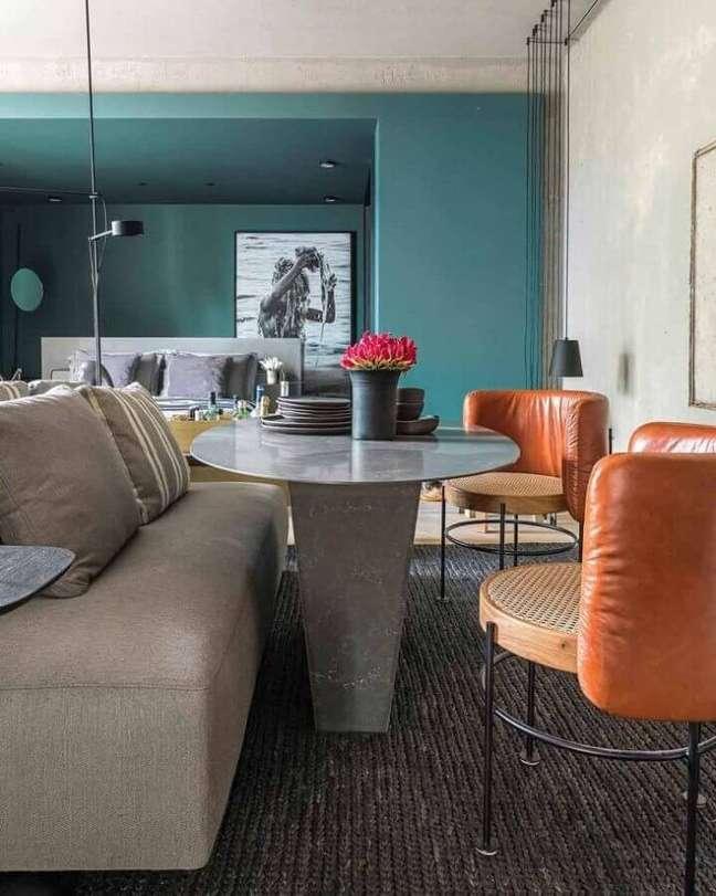 18. Casa estilo industrial decorada com parede cor ciano – Foto: Triart Arquitetura