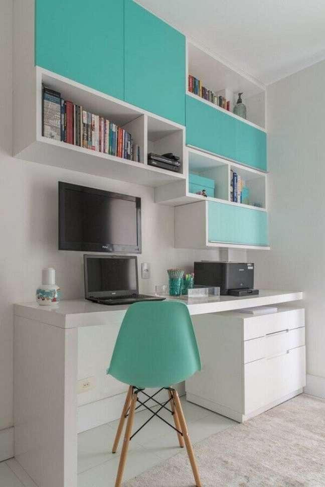 45. Home office branco decorado com cadeira e armário aéreo cor ciano – Foto: Decor Fácil