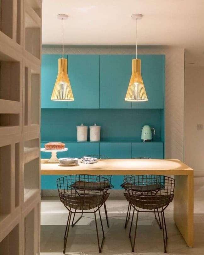 34. Decoração de cozinha com mesa de madeira e armário cor ciano – Foto: PKB Arquitetura