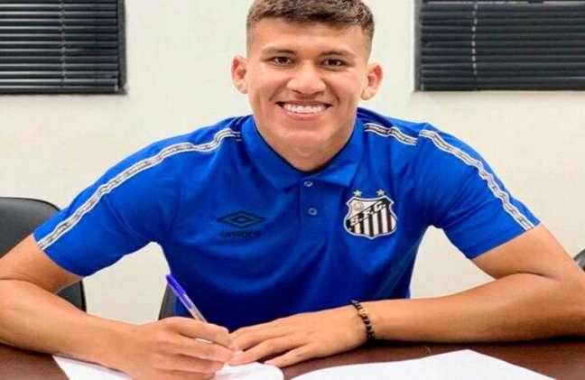 Zagueiro boliviano Leonardo Zabala assinou com o Santos até o final de 2022 (Foto: Reprodução/Santos)