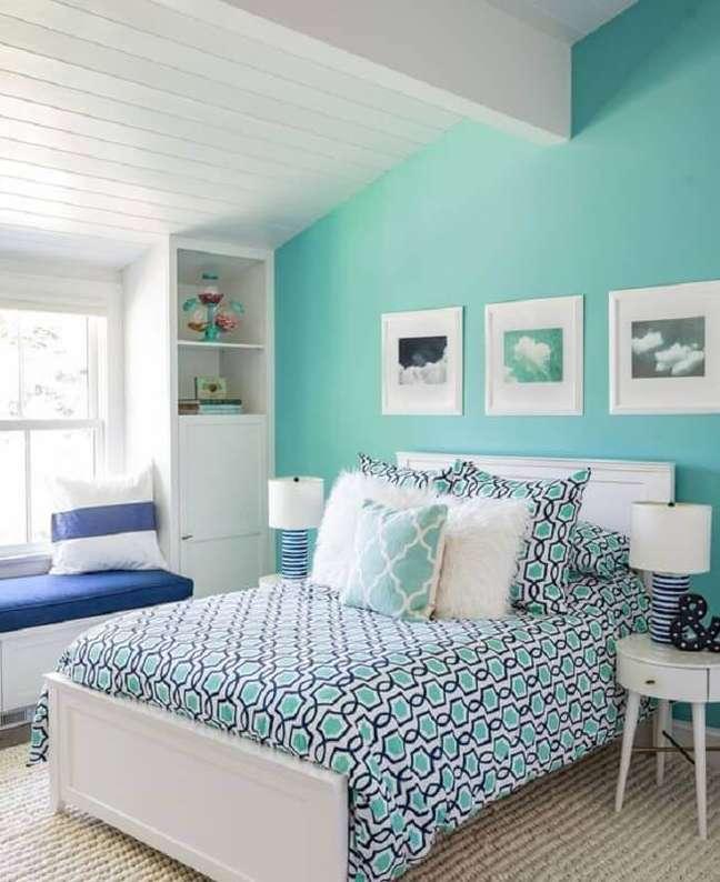 46. Parede cor ciano para decoração de quarto branco planejado – Foto: Home Fashion Trend