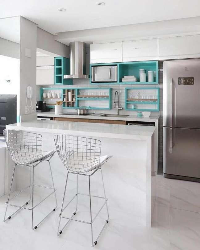 30. Decoração clean para cozinha branca com nicho cor ciano – Foto: MF Sanches