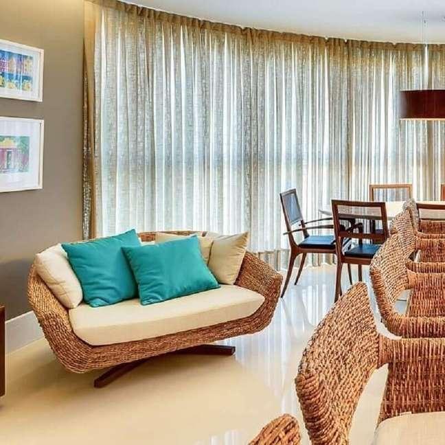 10. Almofada cor ciano para sala decorada em cores neutras com poltrona rustica – Foto: NP Arquitetura