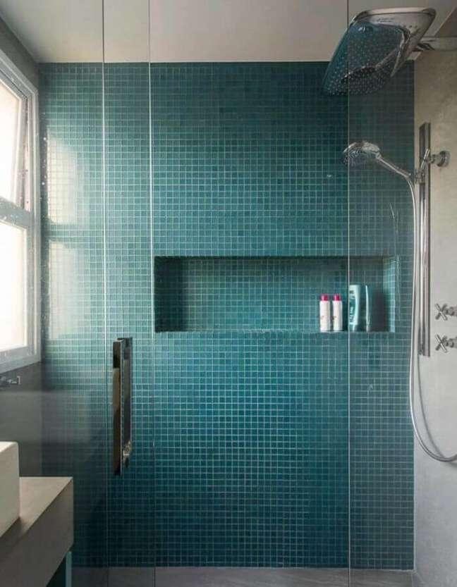31. Decoração de banheiro com pastilha cor azul ciano – Foto: Karen Pisacane Interiores