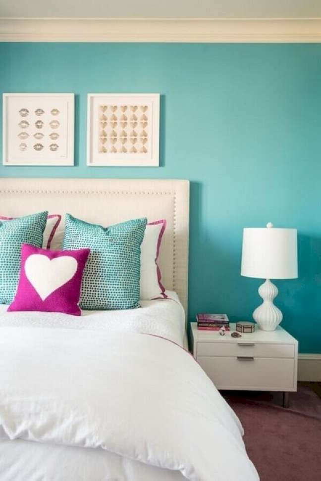 40. Decoração de quarto de casal branco com cor de tinta azul ciano para parede – Foto: Decor Fácil