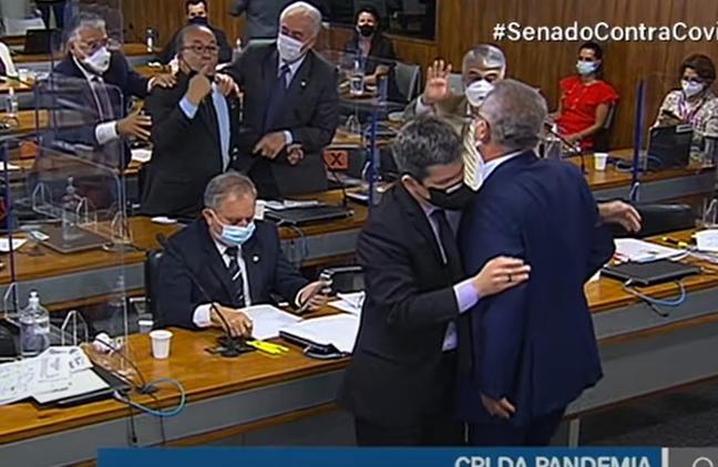 Renan Calheiros e Jorginho Mello discutem em sessão da CPI