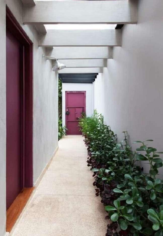 23. As plantas recebem a luz natural necessária que entra pelo pergolado de concreto. Fonte: Arquitetura e Construção