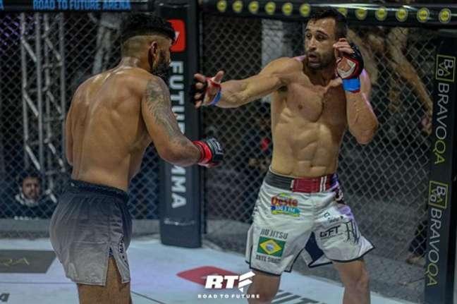Alessandro em combate no RTF 2, quando venceu e convenceu (Foto: Divulgação Future MMA)