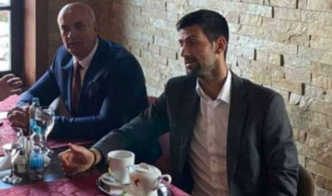Novak Djokovic ao lado de Milan Jolovic, ex-comandante de unidade paramilitar acusado de participar do genocídio na Bósnia.