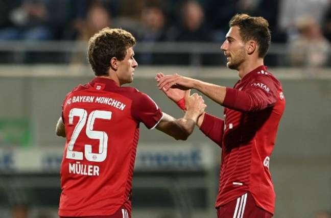 Thomas Müller, à esquerda, fez o primeiro gol da vitória do Bayern de Munique sobre oGreuther Fürth(Foto: CHRISTOF STACHE / AFP)
