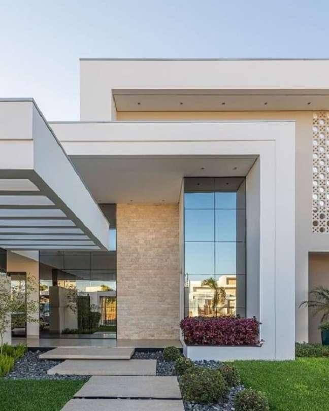 12. Fachada contemporânea com pergolado de concreto. Fonte: Decor Salteado