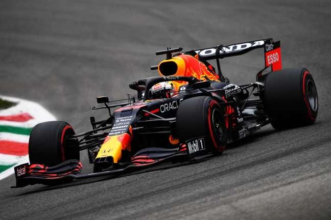 Max Verstappen lidera a Fórmula 1 com cinco pontos de vantagem para Lewis Hamilton