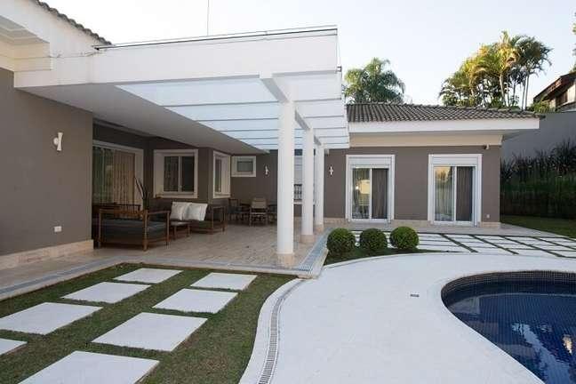 7. O pergolado de concreto com vidro traz charme para a área externa. Fonte: Riabitare