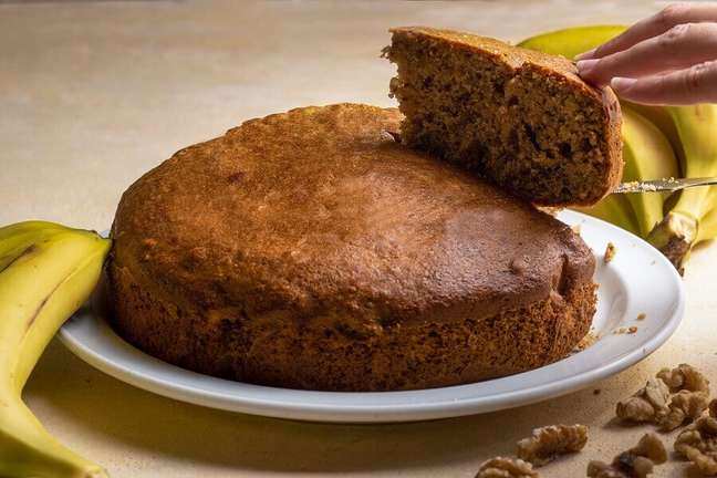 3. Aprenda como fazer receita de bolo de banana simples – Foto: iStock