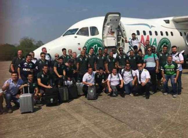 Comitiva da Chapecoense antes de embarcar no voo com destino a Medellín que caiu e deixou 71 mortos (Foto: Reprodução)