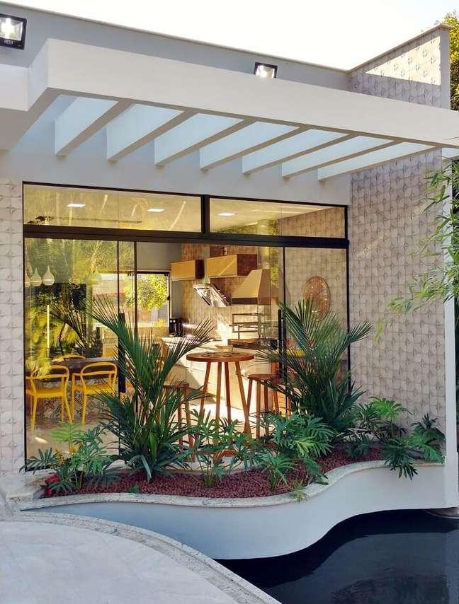 1. As vigas do pergolado de concreto facilitam o acesso da chuva e do sol sobre as plantas do jardim. Fonte: Agnaldo Mesquita