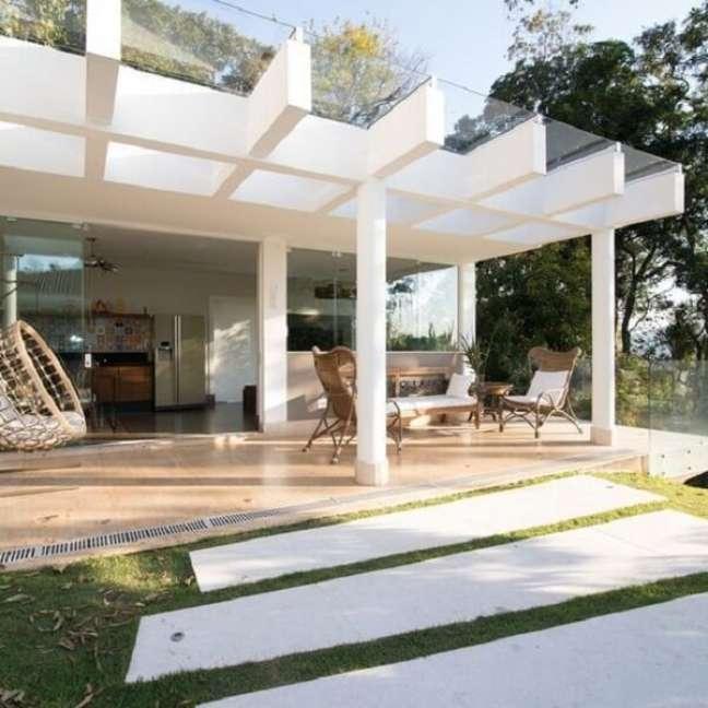 48. Terraço com cobertura de pergolado de concreto com vidro. Fonte: Arkpad