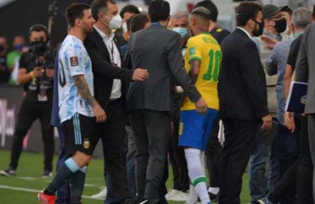Atletas brasileiros e argentinos conversam com autoridades (Foto: NELSON ALMEIDA / AFP)