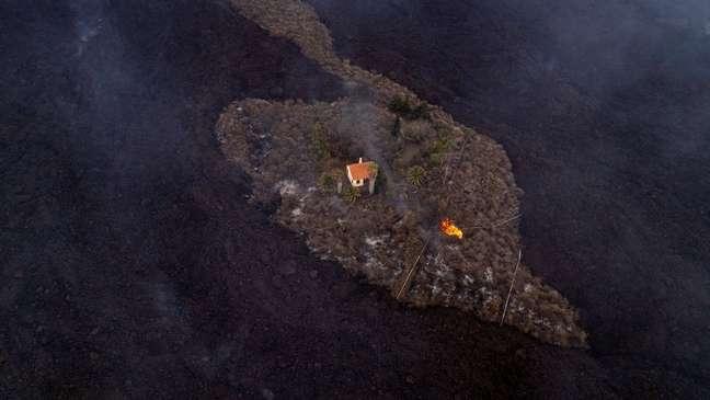 A residência está sendo chamada de 'casa milagrosa' por ter escapado da lava do vulcão