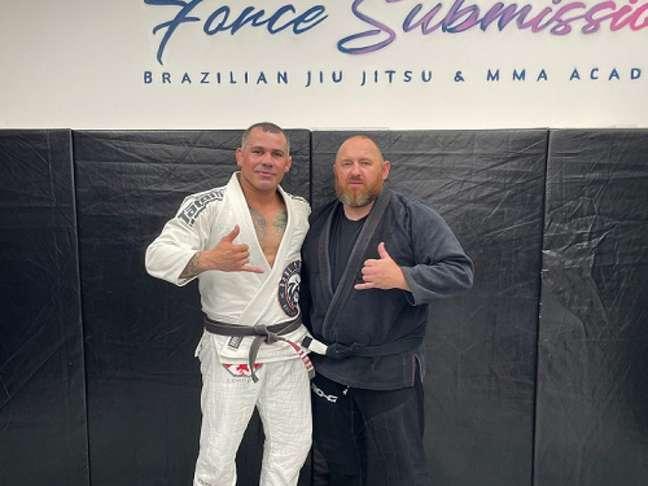 Léo Queiroz e o aluno Darren, o mais novo faixa-preta de Jiu-Jitsu (Foto: Arquivo Pessoal)