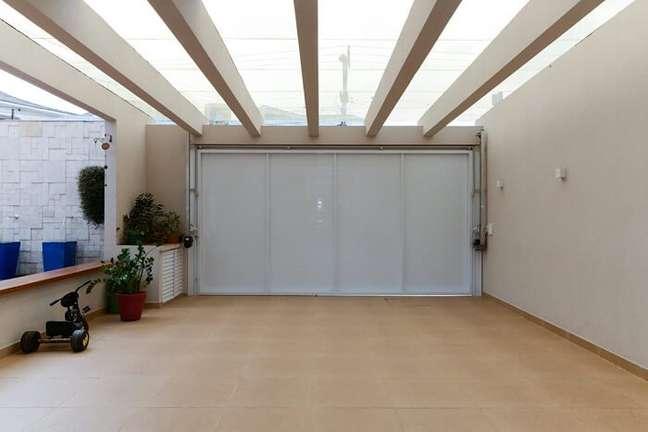 41. Pergolado de concreto garagem e portão metálico. Fonte: Homify